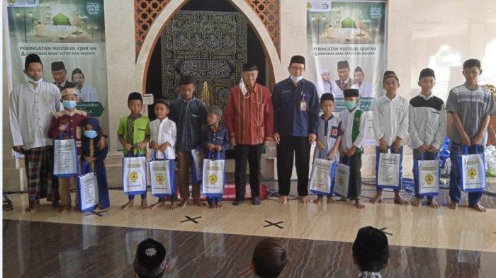 Ketua Pengurus Yayasan Alumni Undip, Prof Abdullah Kelib, menyerahkan santunan kepada anak yatim dan dhuafa di Masjid Baitur Rasyid kampus USM, Kamis (29/4/2021).