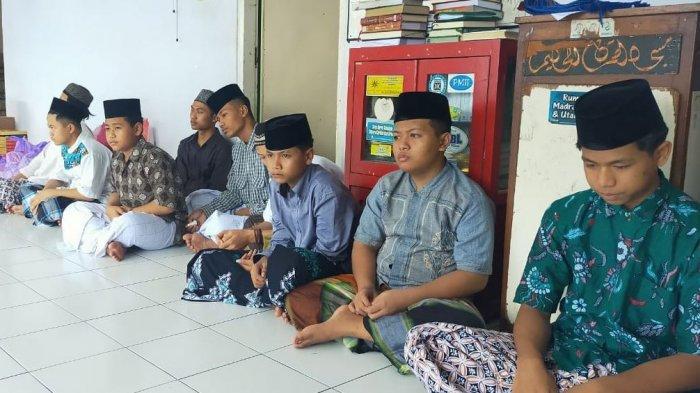 Penyerahan secara simbolis bantuan kepada perwakilan Ponpes Al Huda, Petompon, Semarang, Minggu (2/5/2021).