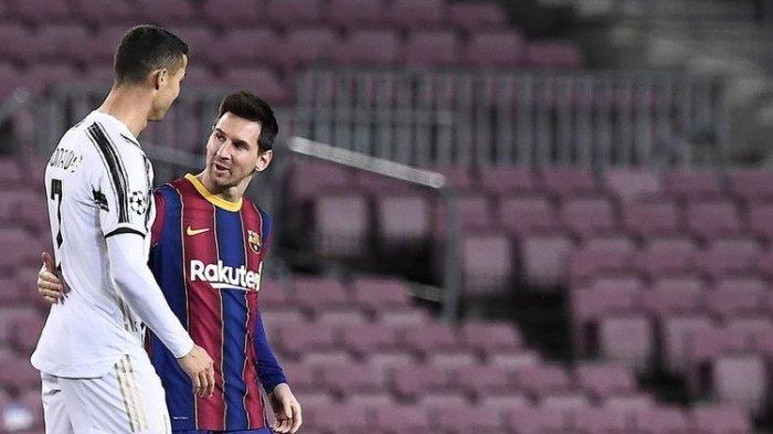 Penyerang Juventus Cristiano Ronaldo menyapa penyerang Barcelona Lionel Messi (kanan) sebelum pertandingan Grup G Liga Champions antara Barcelona vs Juventus di Stadion Camp Nou di Barcelona pada 8 Desember 2020.(AFP/JOSEP LAGO)