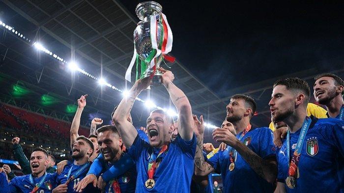 Penyerang Italia Andrea Belotti berpose dengan trofi Kejuaraan Eropa setelah Italia memenangkan pertandingan sepak bola final UEFA EURO 2020 antara Italia dan Inggris di Stadion Wembley di London pada 11 Juli 2021.