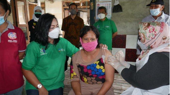 Bupati Sragen Kusdinar Untung Yuni Sukowati ketika menyuntikkan vaksin ke ODGJ door to door.