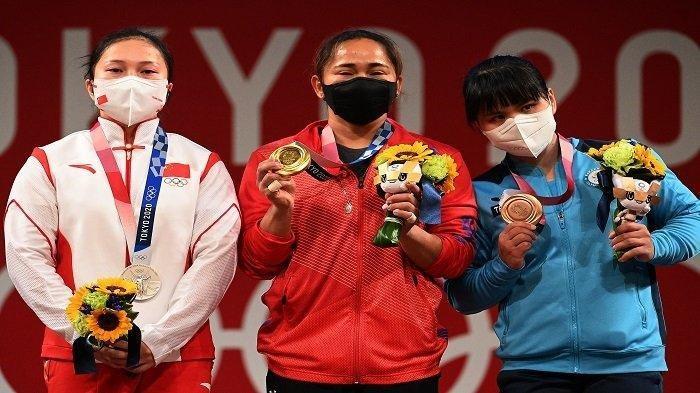 (Dari kiri ke kanan) Peraih medali perak Liao Qiuyun dari China, peraih medali emas Hidilyn Diaz dari Filipina dan peraih medali perunggu Zulfiya Chinshanlo dari Kazakhstan berdiri di podium untuk upacara kemenangan kompetisi angkat besi 55kg putri selama Olimpiade Tokyo 2020 di Tokyo International Forum di Tokyo pada 26 Juli 2021.