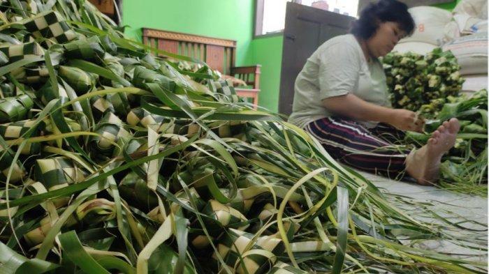 Perajin selongsong ketupat di Desa Datar, Kecamatan Sumbang, Kabupaten Banyumas saat membuat ketupat, Selasa (11/4/2021).