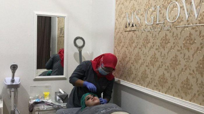 Satu di antara konsumen, Astrid terlihat sedang melakukan perawatan wajah di MS Glow Aesthetic Clinic.