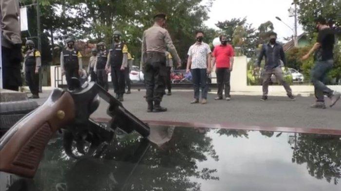 Kapolsek Tembalang Kompol R Arsadi memeriksa senjata api atau senpi milik anggotanya sebagai langkah antisipasi penyalahgunaan senjata tersebut di Polsek Tembalang.