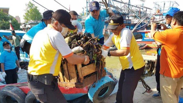 Sinergitas TNI-Polri dan ASN di Juwana, Bersih-bersih Sungai