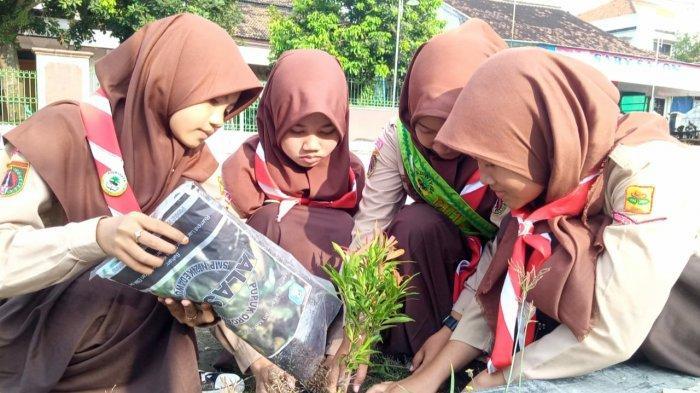 Peringati Hari Bumi, SMPN 2 Kedawung Sragen Tanam Pohon