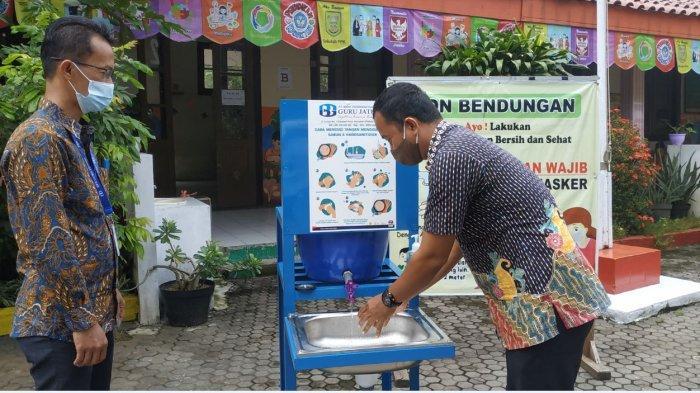 Persiapan PTM, BPR Guru Jateng Serahkan Bantuan Tempat Cuci Tangan Portabel ke SDN Bendungan