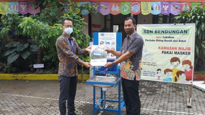 Perwakilan guru SDN Bendungan Semarang mencoba tempat cuci tangan bantuan dari BPR Guru Jateng, Kamis (17/12/2020).