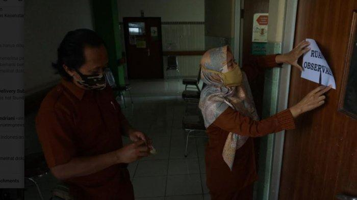 Petugas Kesehatan mengecek persiapan ruangan vaksinasi di RSUD Kabupaten Batang,  Rabu (13/1/2021)