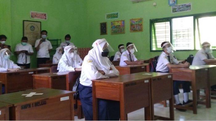 Sejumlah siswa mengikuti persiapan simulasi pembelajaran tatap muka di SMPN 1 Weleri Kendal, Rabu (31/3/2021).