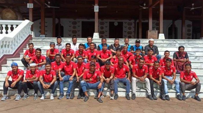 Pemain dan jajaran manajemen serta tim pelatih Persijap Jepara seusai ziarah ke makam para tokoh penting di Jepara, Kamis (12/3/2020).