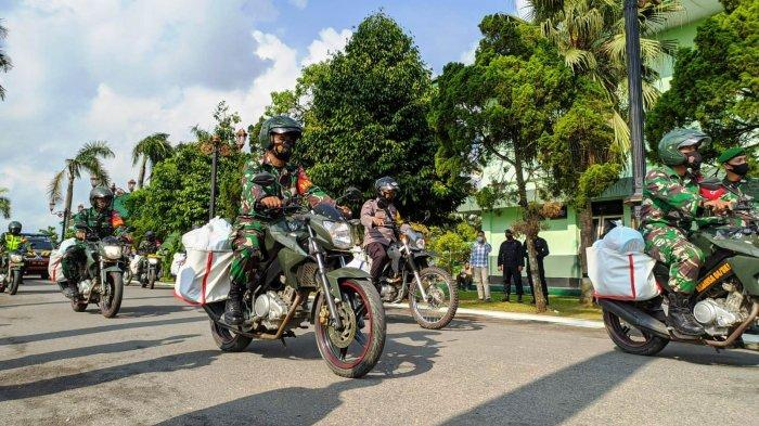 Babinsa & Babinkantibmas Bagikan Ribuan Sembako Secara Door to Door Bagi Warga Banyumas Kurang Mampu