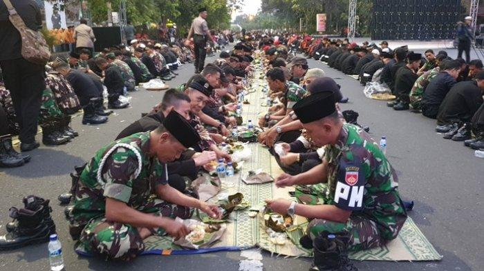 Ribuan Personel TNI Polri Makan Nasi Urap di Tengah Jalan, Doakan Indonesia Damai