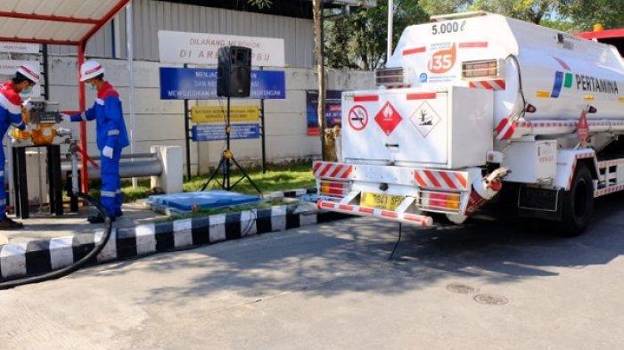 Petugas Pertamina mengoperasikan pompa di SPBU Hub untuk penyaluran ke Pertashop.