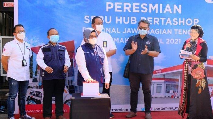 Executive GM Pertamina Regional Jawa Bagian Tengah bersama jajaran manajemen Pertamina dan Hiswana Migas DPC Pati melakukan simbolisasi penyaluran perdana dari SPBU Hub.