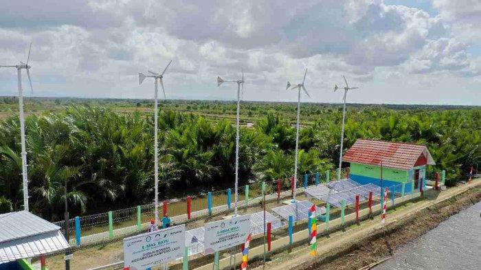 Pertamina RU Cilacap bersama Politeknik Negeri Cilacap dan masyarakat setempat berinisiatif membangun PLTH dari panel surya dan kincir angin berkapasitas 16.200 watt peak (wp).