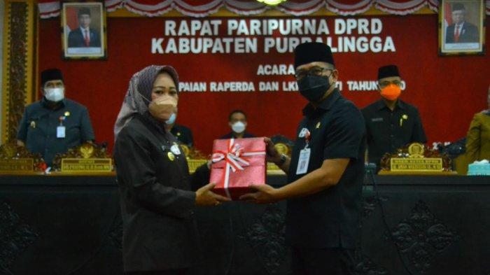 Bupati Purbalingga, Dyah Hayuning Pratiwi saat membacakan Laporan Keterangan Pertanggungjawaban (LKPJ) Tahun Anggaran 2020 kepada DPRD Purbalingga, pada Senin (22/3/2021) di Ruang Rapat DPRD.