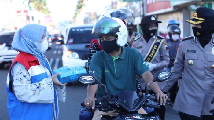 Hari Kartini 2021, Pertiwi RU IV Cilacap Bersama Polwan Bagikan Masker dan Santapan Berbuka