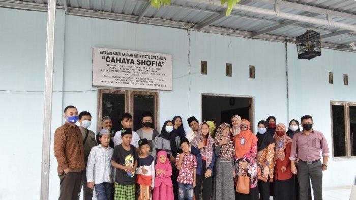Perwakilan Dosen dan Karyawan STIE Bank BPD Jateng Foto Bersama Anak Yatim di Panti Asuhan Cahaya Shofia, Rabu (28/4/2021).
