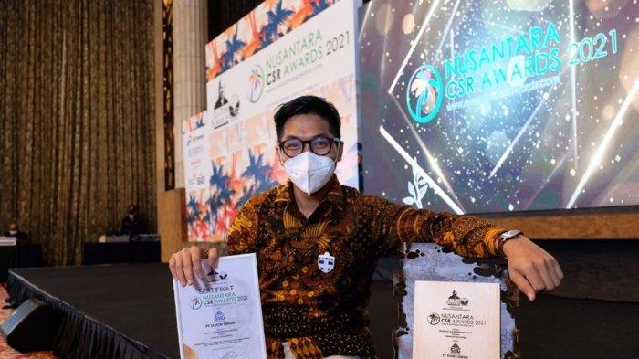 Perwakilan Manajemen Semen Gresik bersama trofi dan sertifikat penghargaan yang diperoleh Semen Gresik dalam Ajang NCSR Award 2021.