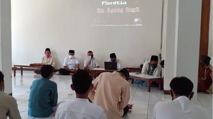 Para narasumber menyampaikan materi dalam Pesantren Ramadan yang digelar remaja masjid di Masjid Ash-Shiddiq, Kelurahan Kalipancur, Ngaliyan, Kota Semarang, kemarin.