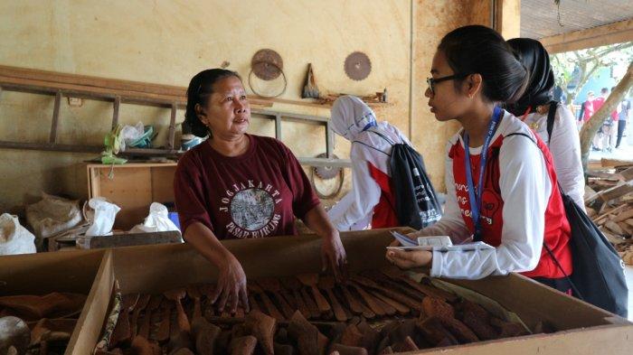 Peserta PIRN XVII Teliti Limbah Kerajinan Batok Kelapa