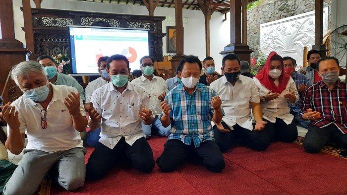 Pasangan petahana Wali Kota dan Wakil Wali Kota Semarang, Hendrar Prihadi dan Hevearita Gunaryanti Rahayu (Hendi-Ita) bersama dengan tim pemenangan bersujud syukur setelah melihat hasil hitung cepat Pilwakot Semarang 2020.