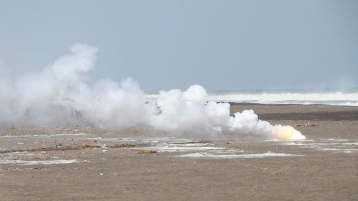 Sebanyak 215 kilogram serbuk petasan dimusnahkan Tim Gegana Brimob Polda Jateng di kawasan Puslitbang TNI AD atau di bibir pantai Setrojenar Buluspesantren, Kebumen, Kamis (6/5/2021).