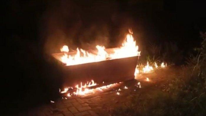 Bar-bar, Warga Cegat Ambulans, Jenazah Covid-19 Diambil Peti Dibakar, Polisi Turun Tangan