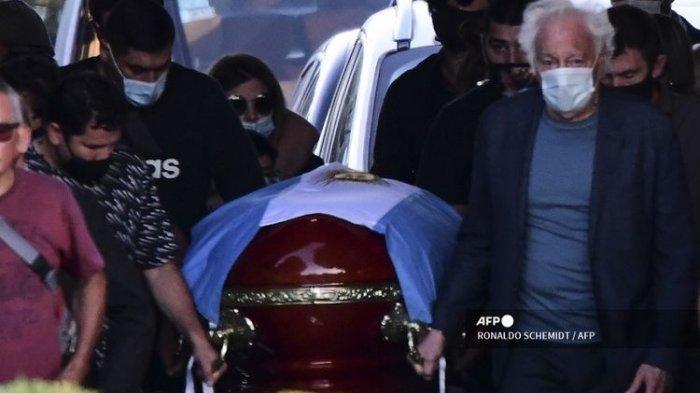 Peti mati dengan jasad mendiang legenda sepak bola Argentina Diego Armando Maradona dibawa oleh keluarga dan teman-temannya di pemakaman Jardin Bella Vista, di provinsi Buenos Aires, pada 26 November 2020.(AFP/RONALDO SCHEMIDT)