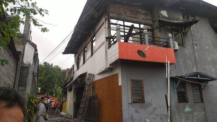 Petugas Damkar Kota Semarang sedang melakukan pendinginan di lantai 2 rumah milik Purdiyanto yang hangus terbakar akibat korsleting listrik di RT 2 RW 11 Wonodri, Semarang Selatan, Kota Semarang, Kamis (17/6/2021).
