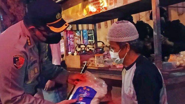 Petugas Gabungan Keliling Kota Solo Bagikan Beras untuk Masyarakat Terdampak PPKM Level 4