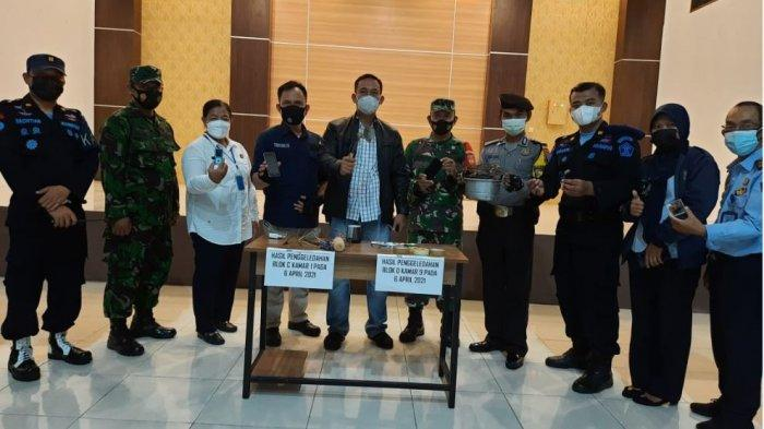 Petugas gabungan TNI, Polri, BNNK Solo, dan Rutan melakukan penggeledahan di kamar Rutan Klas 1A Solo, Selasa (6/4/2021).