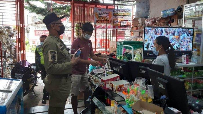 Petugas di Temanggung Paksa Tutup Minimarket & Toko Nekat Buka Saat Jateng di Rumah Saja
