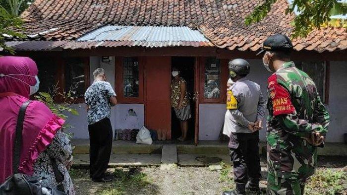 Ketika Pak Bhabin Kebumen Datangi Pasien Isolasi Mandiri di Rumah