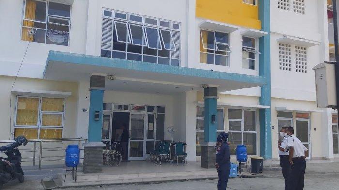 Petugas keamanan menanyakan tujuan kedatangan seorang warga di tempat isolasi mandiri terpusat Rusunawa Tegalsari, Kota Tegal, Jumat (18/6/2021).