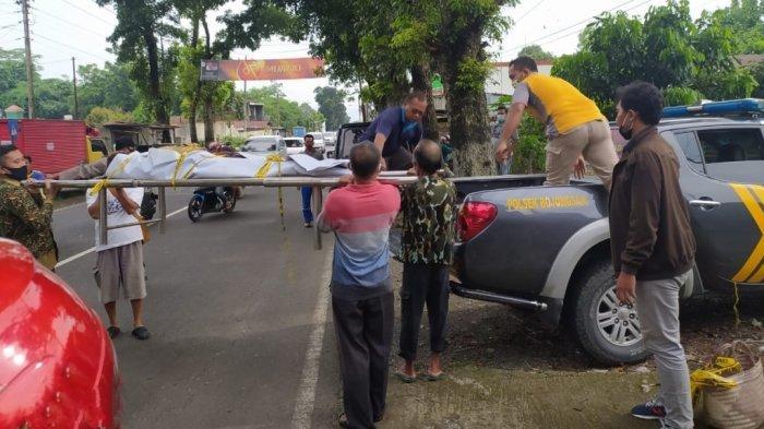 Petugas kepolisian dari Polsek Bojongsari saat mengevakuasi mayat di saluran irigasi Desa Bojongsari, Kecamatan Bojongsari, Kabupaten Purbalingga, pada Sabtu (30/1/2021).