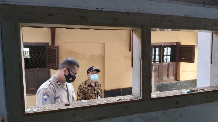 Petugas kepolisian dari Satreskrim Polres Pekalongan Kota, Inafis, Polsek Buaran, dan perangkat dari Kelurahan Simbang Kulon berada di lokasi untuk mengecek lokasi ledakan.