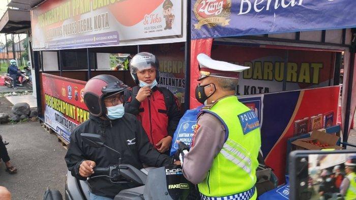 Cek Poin PPKM Darurat di Tegal, Polisi Bagikan Sembako Pada Kendaraan yang Diminta Putar Balik