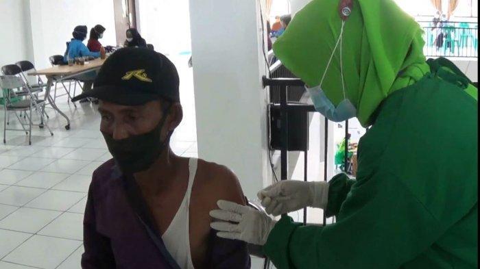 Petugas kesehatan Puskesmas Singorojo melakukan vaksinasi Covid-19 bagi lansia Desa Ngareanak, Kecamatan Singorojo, Kendal.