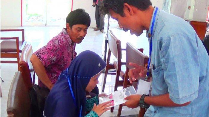 KPU Kendal Ajarkan Cara Memilih pada Tuna Netra di Pilgub Jateng
