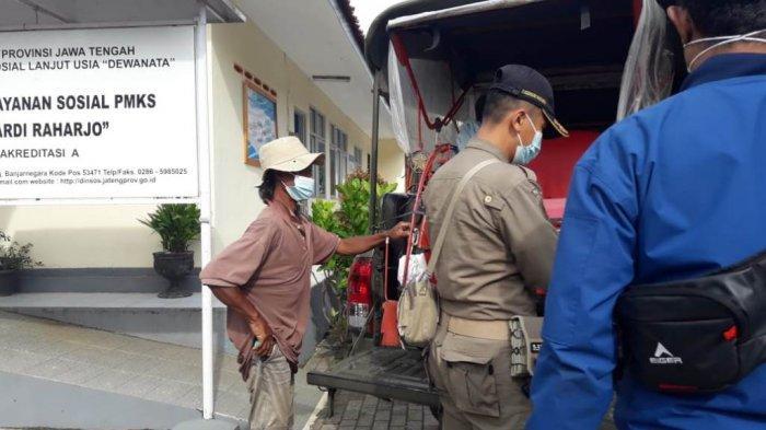 Petugas membawa Mudasir dan becaknya ke Panti Sosial Pamardi Raharjo Banjarnegara agar bisa memiliki tempat tinggal layak.