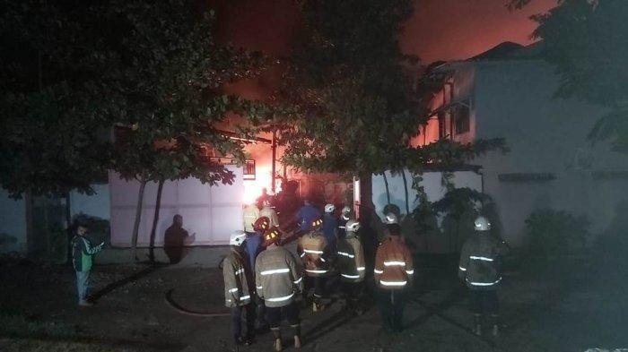 Petugas pemadam kebakaran berupaya menjinakan api di pabrik catPT Surya Mega Laksana milik warga Kabupaten Blitar, Jawa Timur di Genuk, Kota Semarang, Selasa (24/11/2020).