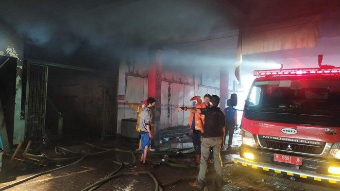 Petugas pemadam kebakaran saat berupaya memadamkan api di Blok B Pasar Wage Purwokerto, pada Senin (21/9/2020).