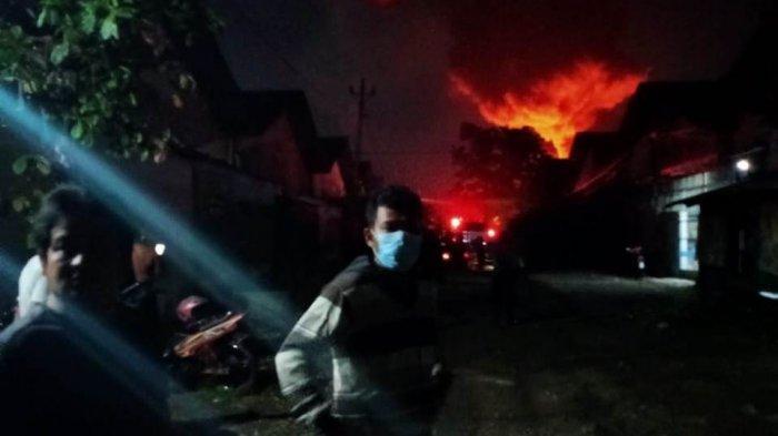 Pabrik Cat di Semarang Milik Warga Blitar Terbakar, 8 Mobil Damkar Dikerahkan