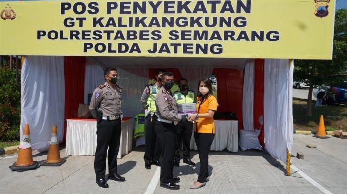 Para Petugas Penyekatan PPKM Darurat di Kota Semarang Dikejutkan Dermawan, Beri 20 Boks Vitamin C