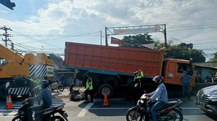 Diduga Sopir Mengantuk, Truk Tabrak Pembatas Jalan di Kabupaten Semarang