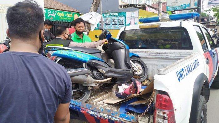 Petugas Satlantas Polrestabes Semarang mengevakuasi motot milik korban kecelakaan lalu lintas di Jalan arteri Soekarno-Hatta seberang Kampus Biru Amni Semarang, Sabtu (5/12/2020).