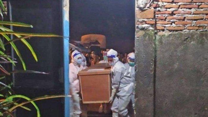 Pemuda Kalap Ancam Petugas dengan Pedang, Tolak Pemakaman Sang Ibu dengan Protokol Covid-19